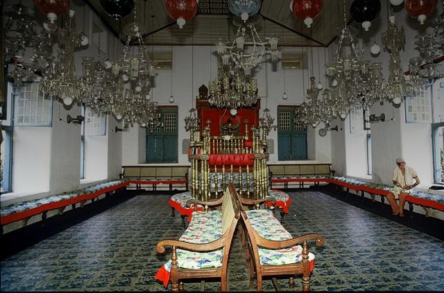 Lone-man-prays-in-Cochin-Synagogue